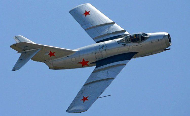 Военный самолет МИГ-15