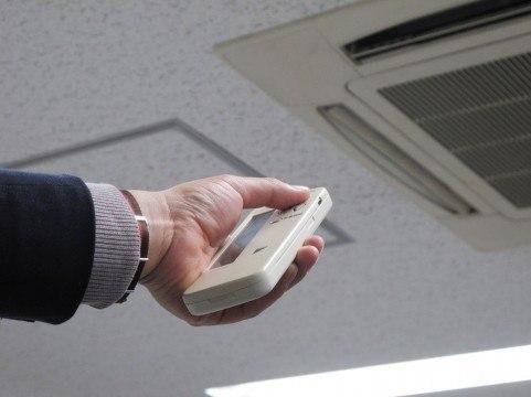 冷凍サイクルの原理を用いたエアコンの操作をしている写真。
