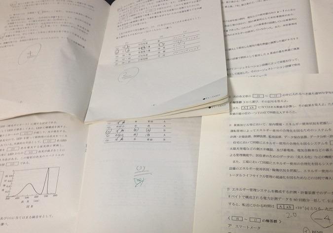 平成25年の電験3種と平成27年のエネルギー管理士の問題冊子。