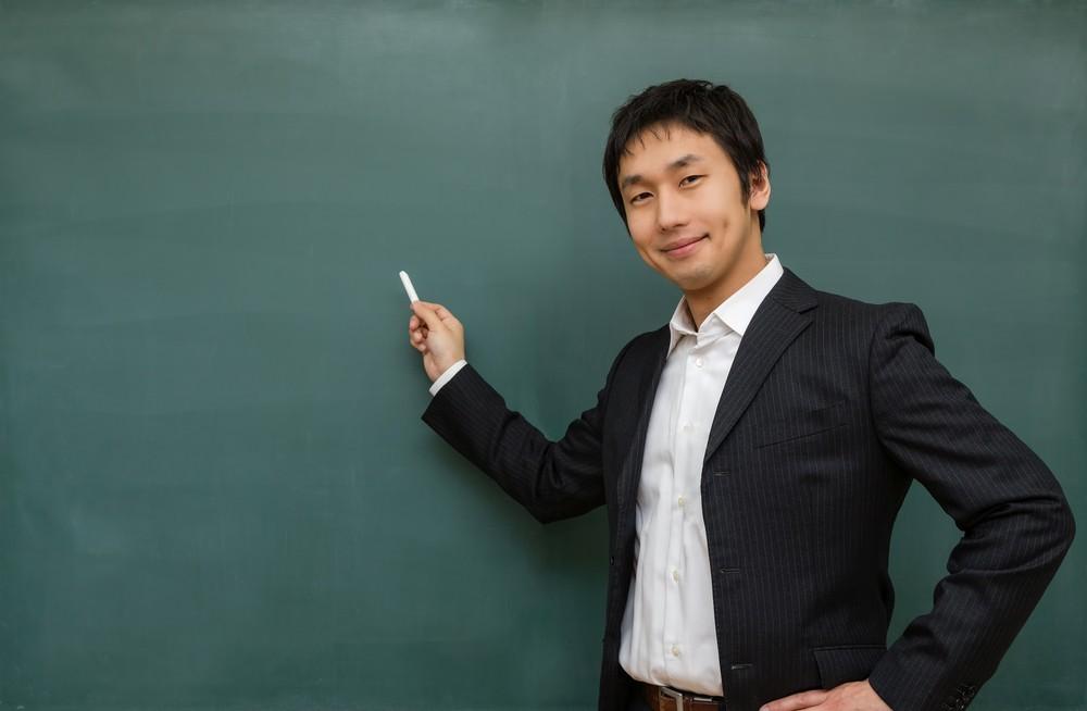 黒板に向かって職業訓練の講義をする先生。
