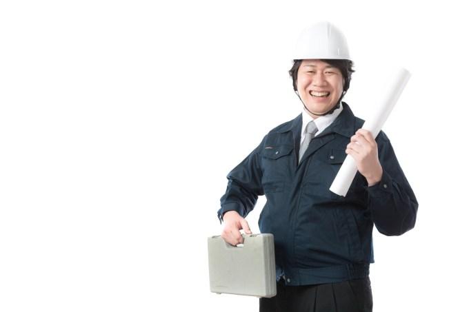 工具箱を持って作業に向かうビルメン