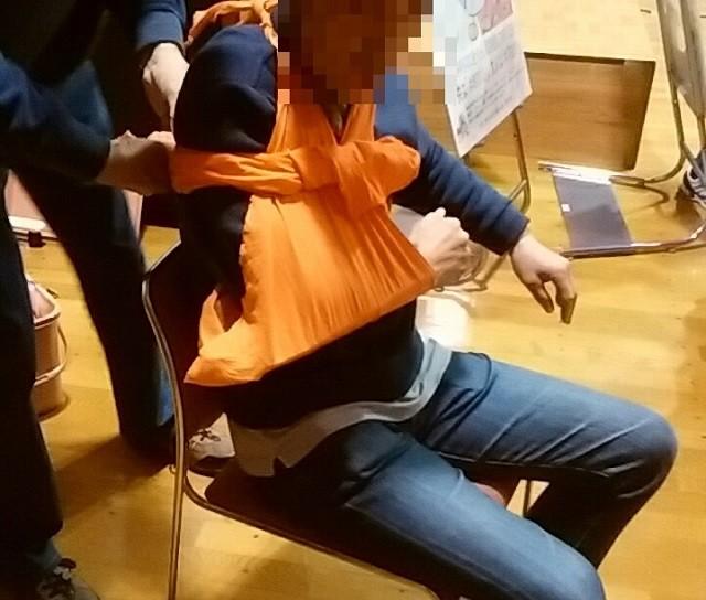 三角巾を使った応急手当。骨折した場合などにも使える。