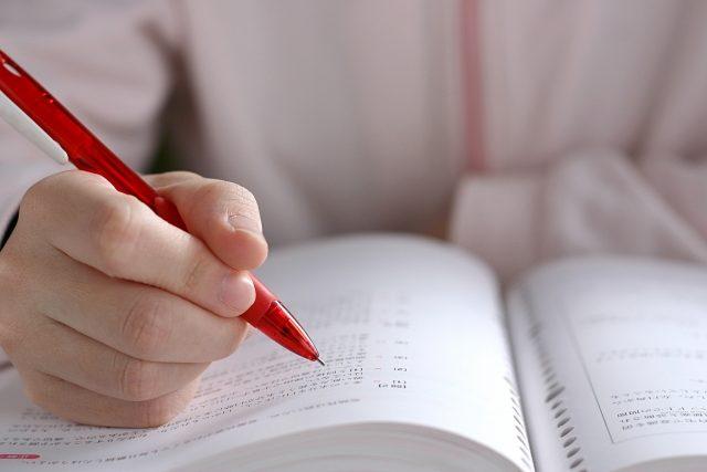 電験3種の参考書で勉強する人。