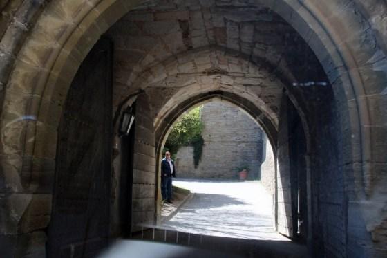 Hinauf auf schloss durch Enge Türen