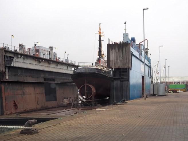 Auch kleine Schiffe werden im Hafen repariert