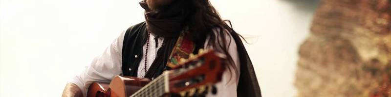 Estas Tonne – A guy with a guitar