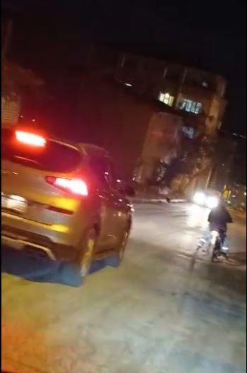 Alkollü olduğu iddia edilen motosikletlinin tehlikeli yolculuğu kamerada