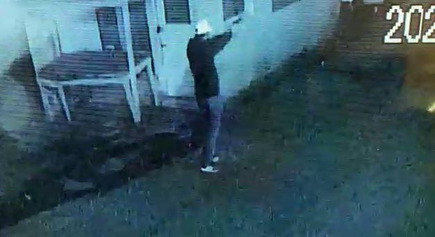 Denetimli serbestlikten tahliye edildi, polise ateş ettiği anlar kameraya yansıdı