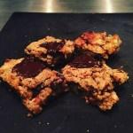 Glutenfri og vegansk müslibarkage bagt med kikærter
