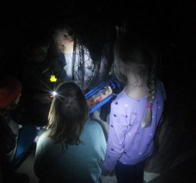 2015 lapset auttoivat kummitusta valitsemaan sopivaa kuvaa nettideittiprofiiliin.