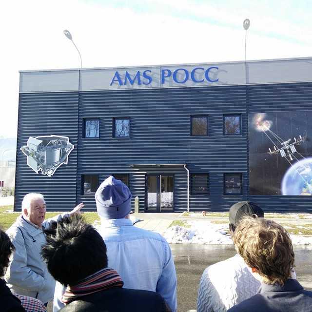 """Vi kan även bocka av """"besöka NASA"""" från våra respektive bucket lists efter vi besökte AMS mission control som tillhör NASA. Vi vinkade till astronauten Samantha Cristoforetti via en live video feed från ISS, samt sprang på 1976 års nobelpristagare i fysik Samuel Ting, sådant som man gör en vanlig dag på CERN - tydligen."""