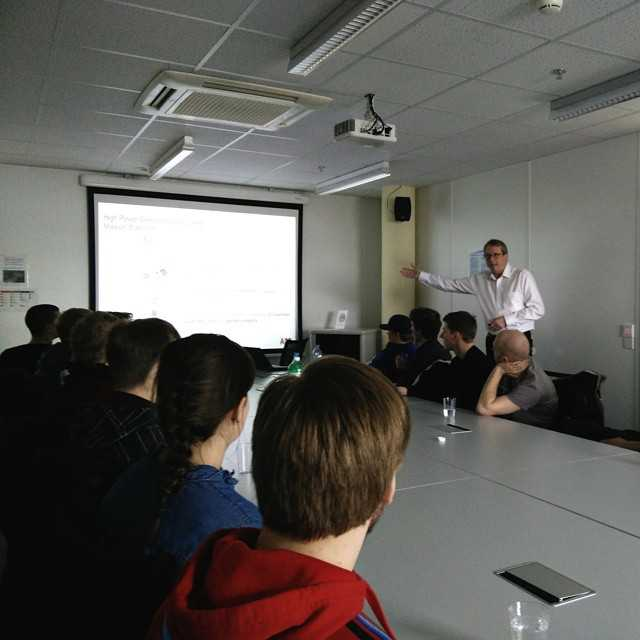 Nu har vi bilat från Genève till Frankfurt med ett stopp på ABB Semiconductors i Lenzburg. Här visar vice VD Rudy Veitz hur tillverkningen av deras semiconductors går till, senare fick även en rundtur av fabriken, tyvärr fick vi inte ta bilder utanför konferensrummet!Imorgon hälsar vi på fysikinstutitionen i Heidelberg!