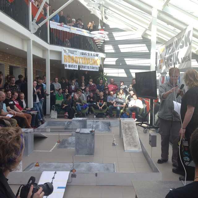 Mycket folk..! Massa robotar...!!!! Nu är det igång! #robottävling #tekniskfysik #umeå #umu