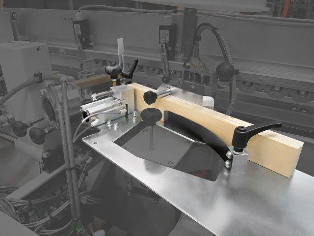 Автоматическая загрузка кромок в полосах кромкооблицовочного станка Minimax ME 28T SP, производство SCM (Италия)
