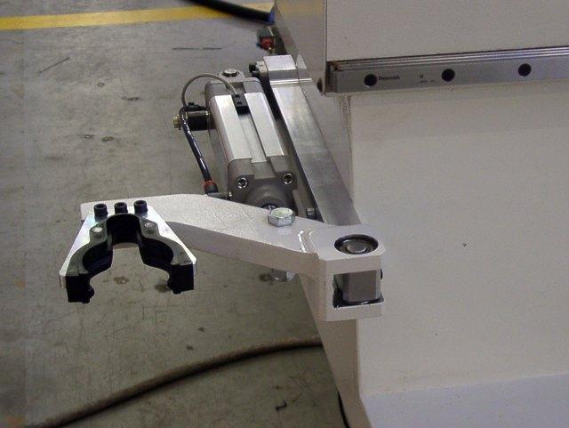 """Магазин """"Pick-up"""" с пневматическим позиционированием, зафиксированный на подвижной балке Morbidelli N100, производство SCM (Италия)"""