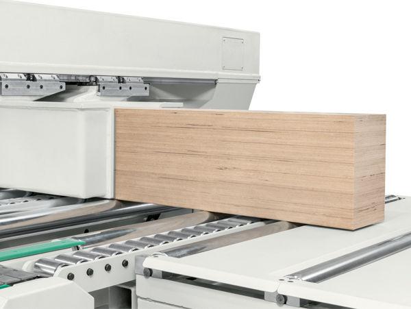 Возможность управления инструментом большого диаметра и пильными дисками диаметром до 600 мм обрабатывающего центра с ЧПУ для домостроения OIKOS, производство SCM Италия