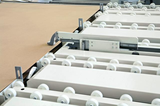 Загрузка тонких панелей в угловой раскроечный центр Gabbiani A3, производство SCM Италия