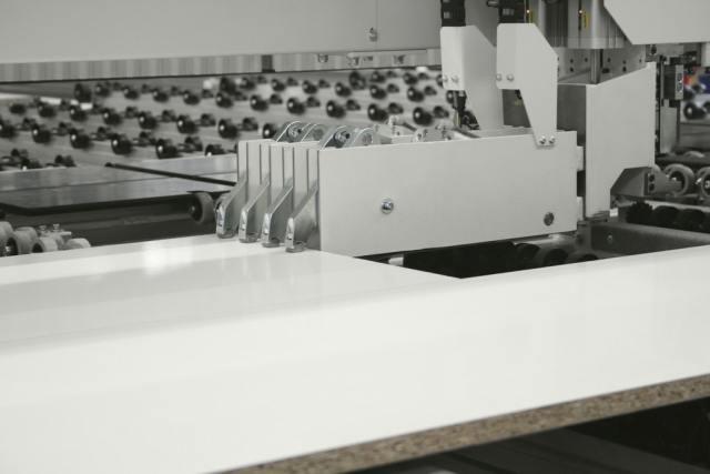 Устройство FlexCut 1D с зажимами углового раскроечного центра Gabbiani A2, производство SCM Италия