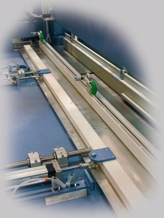 Модульный гидравлический пресс P2 с двумя рабочими столами линии сращивания древесины на мини-шип SKYLINE, производство Bottene (Италия)
