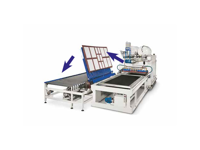 Манипулятор с вакуумными присосками меняет направление вращения и переворачивает  на 180° панели для мембранного пресса с 1 загрузочным лотком AUTOMATION 1 TRAYS, производство ORMA Macchine (Италия)