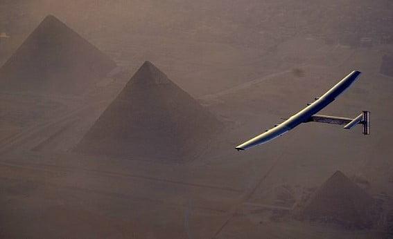 Solar Impulse 2 terbang melintasi piramida Mesir (dailymail.co.uk)
