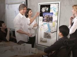 Pengguna dapat menambahkan gambar dan berbagi ide dalam sebuah diskusi dengan mudah dengan Samsung Flip