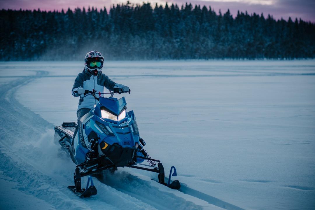 Vyer i Säfsen, Dalarna. Snöskoteråkning på sjön i Säfsen. Polaris RMK 800 Axys. Svenska resebloggar med Från tekopp till bergstopp