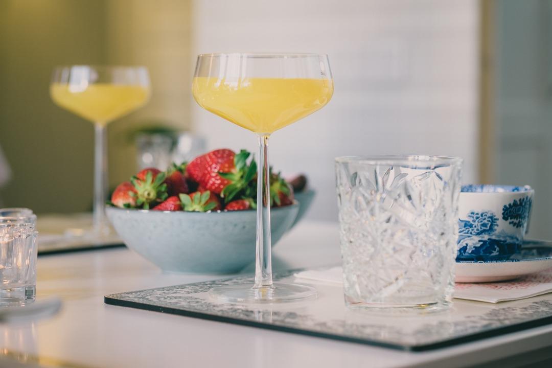 Mimosa i glas från IIttala Essence och jordgubbar i skål från Broste Copenhagen