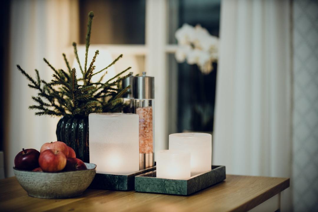 ljuslyktor tell me more, vita ljuslyktor frost, adventskänsla, röda äpplen, inreda köksö, minigran på bordet, frostade lyktor