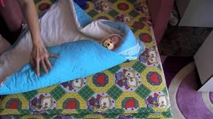 Tonton kanak-kanak itu dalam selimut untuk ekstrak