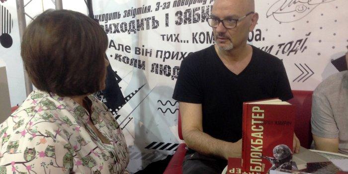 Зоран Жмирич підписує книжку
