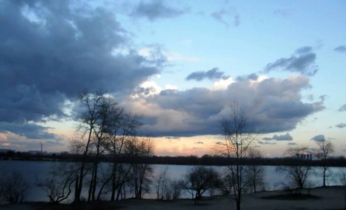 Хмари, небо, дерева, озеро, захід сонця, красиве фото з заходом сонця, вечірній Київ.