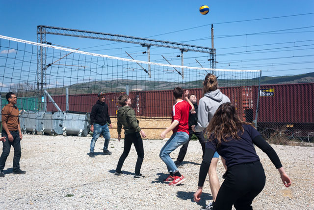 Flakkebjerg Efterskole og migranter spiller volleyball