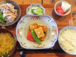 ある日のごはん: メインは、高野豆腐の揚げ煮。高野豆腐を戻して揚げて、甘辛い出汁で煮含めます。まろやかでしっかりした食感は、高野豆腐とは思えない美味しさです。 普段使いの食材を丁寧に料理するのが、ままや流。こんな食べ方もあったのねと驚きの声をたくさんいただきました。