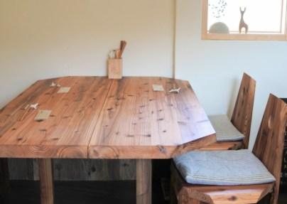 こちらのテーブルは、なんとOPEN2日前に完成!!なかなか気にいるものがみつからなかったそうですが、この木材を見たときにピピッときたそうです。