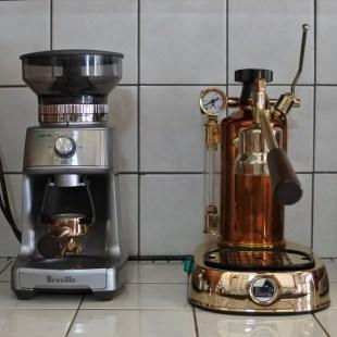 [写真右]イタリアのLa Pavoni社のエスプレッソマシン。手動ポンプで圧をかけていきます。