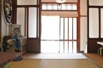 広々とした手前の和室