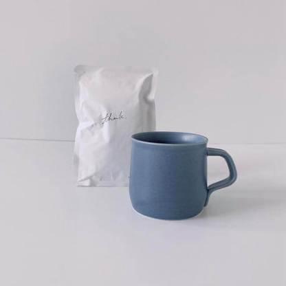 マットブルーなマグとコーヒー