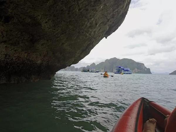※洞窟を出ると、思ったよりも波が大きいことに気づきます。