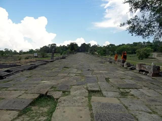 第二塔門の参道。近くの僧侶達も遊び(研修)にくるようです。