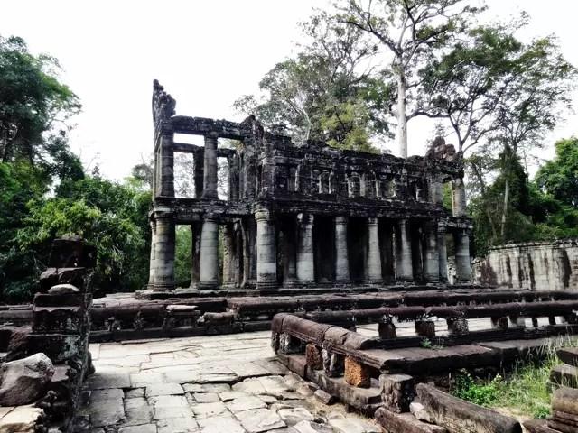 円柱の柱で、二階建ては珍しい。