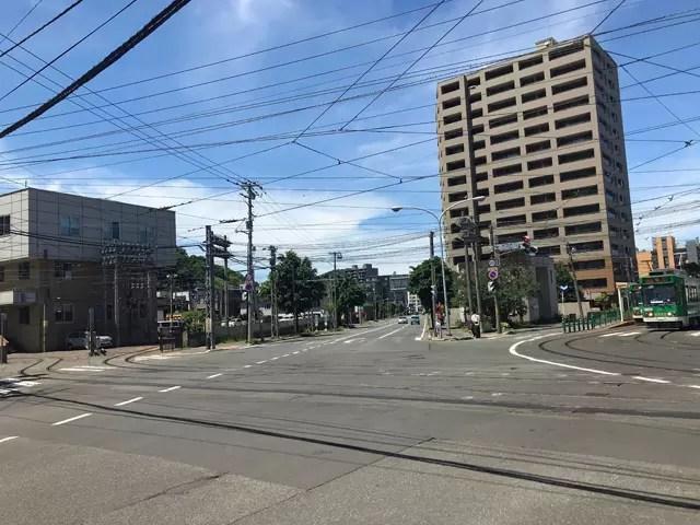 電車事業所前の電停前の五叉路