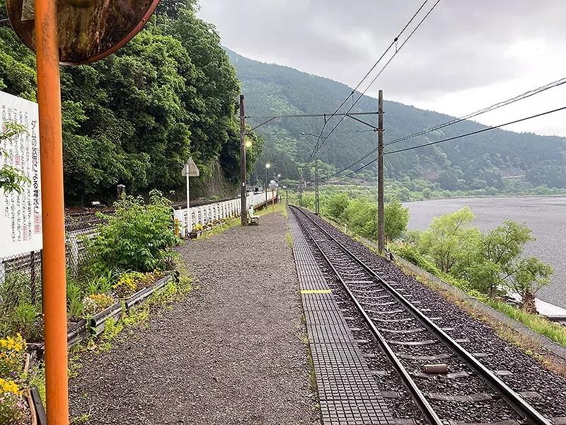 一時的に雨が止んでいますが雲行きが怪しい塩郷の駅です。