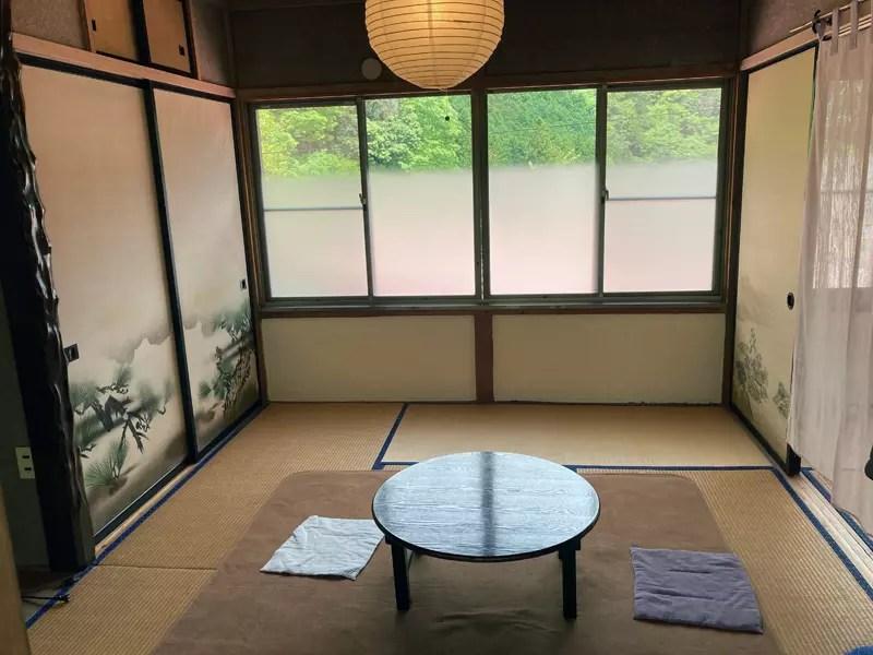 ちゃぶ台です。和の部屋と洋の部屋のうち2階のこちらを選びます。
