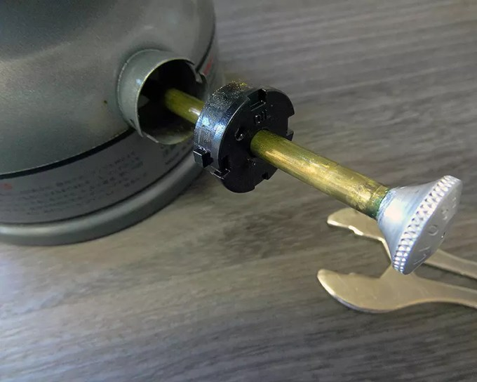 プラスチック製のポンププランジャー周りは劣化して固まったオイル。