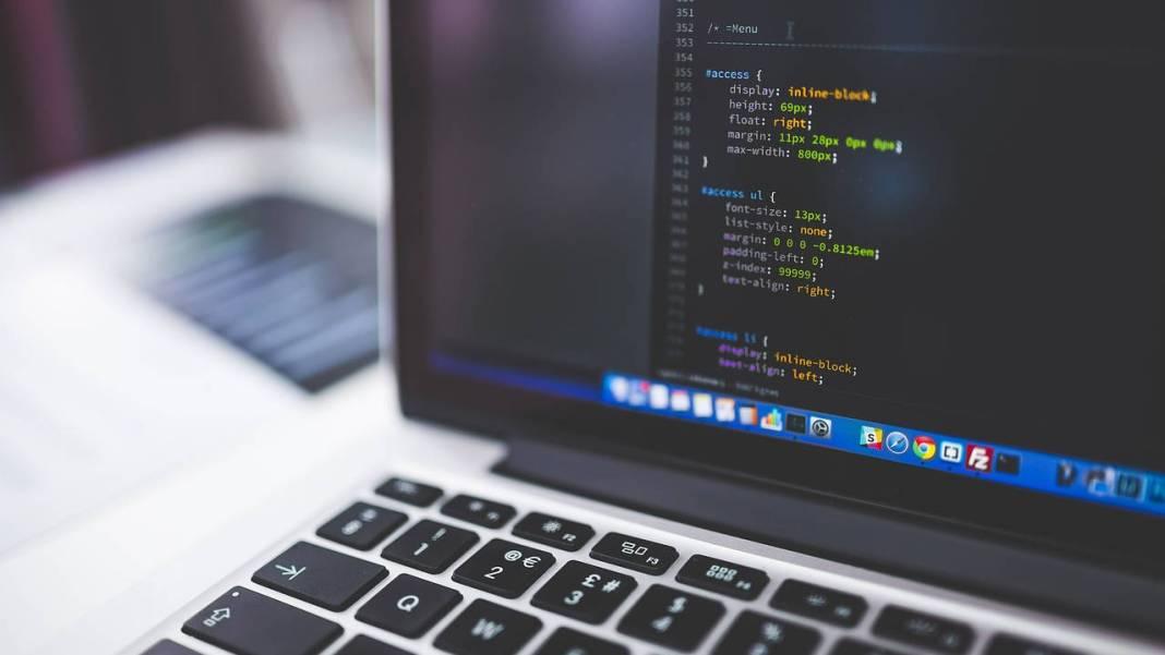 código en una laptop