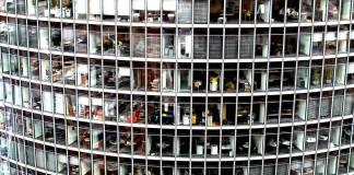 Foto de un edificio con varias oficinas