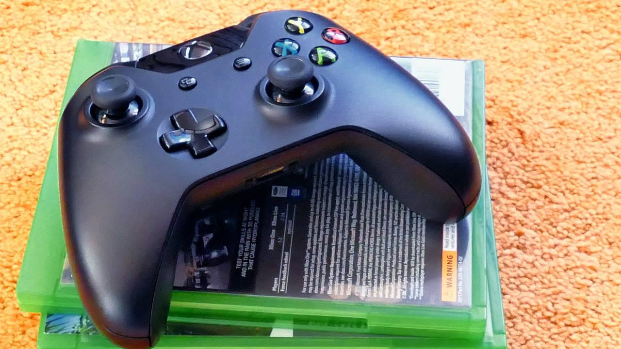 Mando de Xbox con juegos