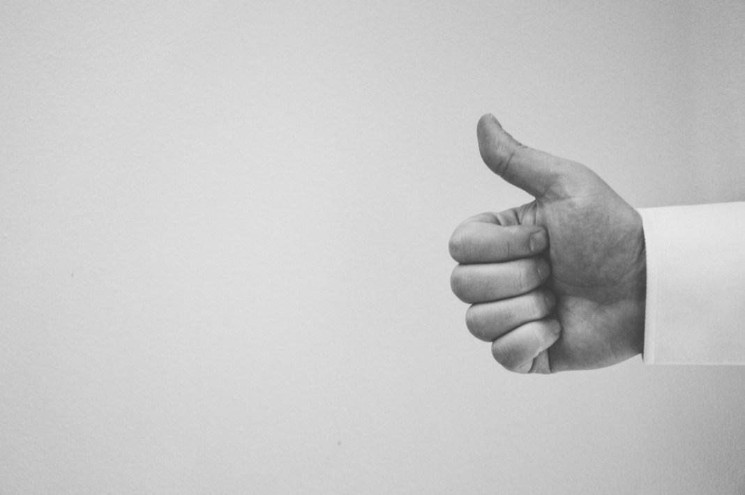 mano con el gesto de like