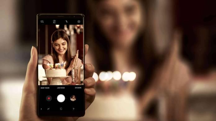 Chica tomando foto en Samsung Note 8